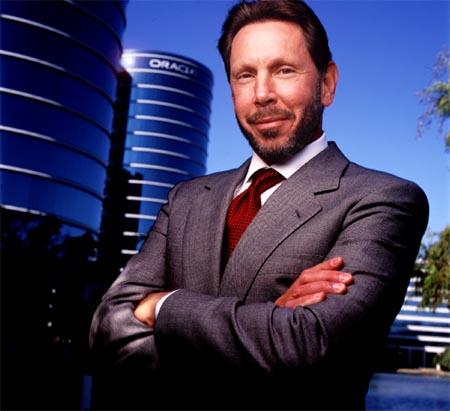 لاري إيليسون أحد مؤسسي أوراكل والرئيس التنفيذي لها، وخلفه مبنى أوراكل