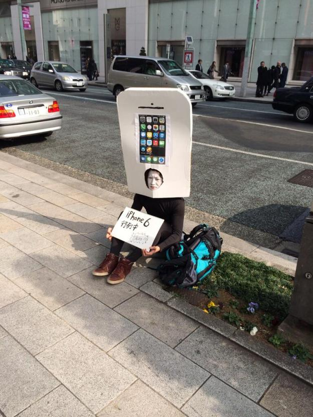 someone lined up to buy the iPhone 6