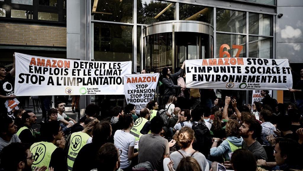 احتجاجات حاشدة تغلق مكتب أمازون الرئيسي في باريس