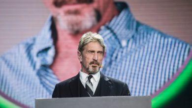 صورة القبض على جون مكافي بتهمة التهرب الضريبي