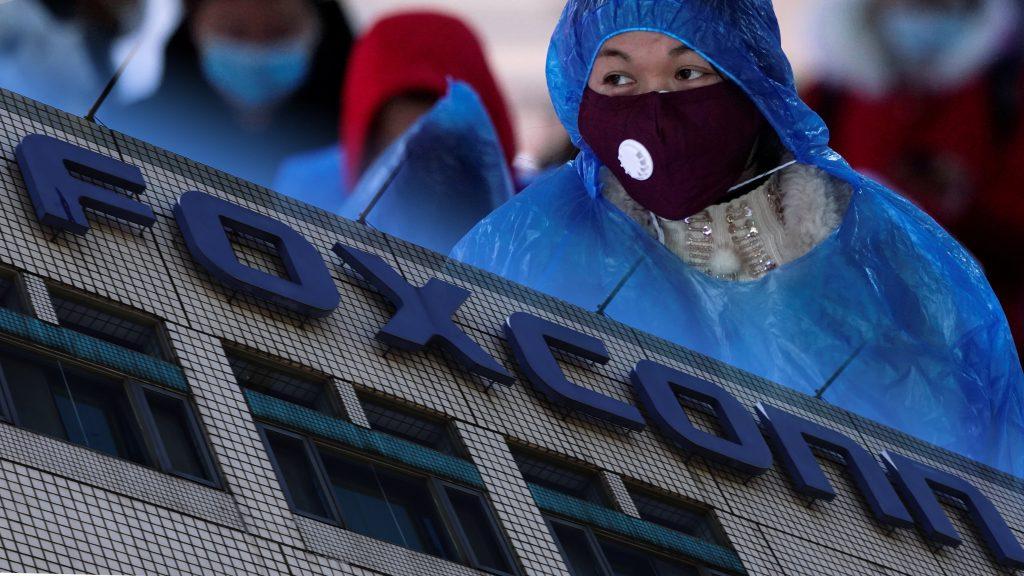 تقرير : استمرار اغلاق مصانع فوكسكون في الصين يهدد مبيعات الايفون