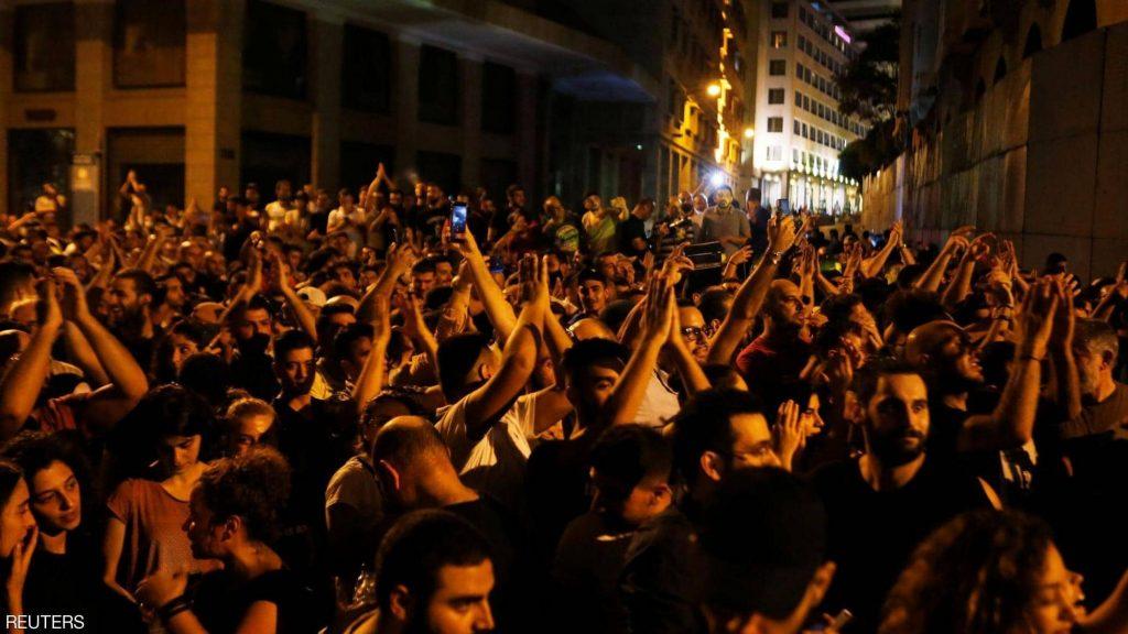 مظاهرات في لبنان بسبب فرض ضريبة على مكالمات تطبيق (واتس آب)